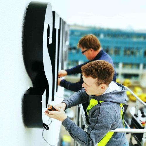 0-Montage-Sicherung-Hubsteiger-Beleuchtung-Monteur-Monteure-Anbringung-Anbau-Aufbau-Errichtung-Installation-Zusammenbau-Installierung-LED-Elektiker-Elektrik