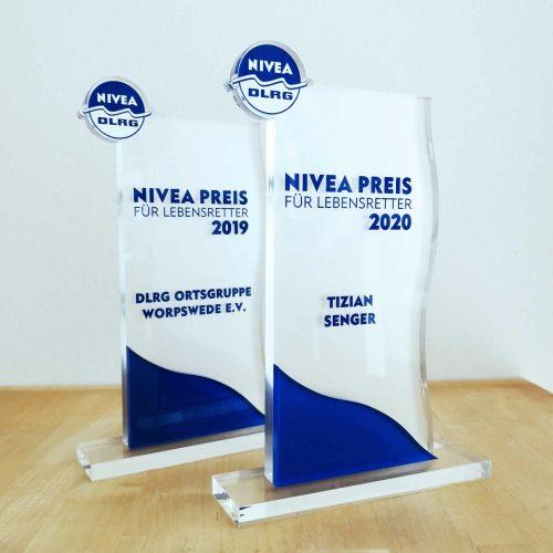 0-Nivea-DLRG-Pokal-Auszeichnung-Trophaee-Lebensretter-Preis-Gewinn-Belohnung-Digitaldruck-Folienplot-Direktdruck-Sandstrahlfolie-Milchglas-Welle-Transparenz-Acrylglas_k