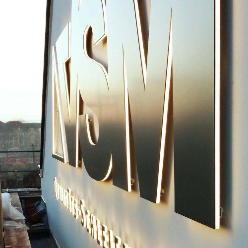 0-Plexiglas-Acrylglas-Edelstahl-Edelstahloptik-Einzelbuchstaben-Spiegelung-Reflexion-Fraese-CNC-Logo-Firmenlogo-Montage-Schleifmittel