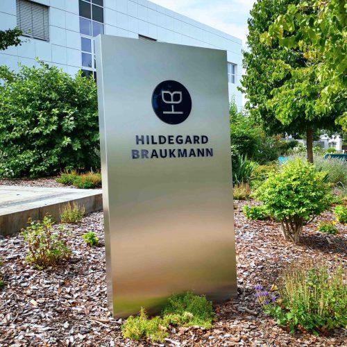 0-Pylon-Stele-Werbetechnik-LED-RGB-Plexiglas-Acrylglas-Acryl-Einzelbuchstaben-Beleuchtung-CMYK-Edelstahl-Haube-Firmenkennzeichnung-Firmenlogo-Logo